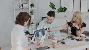 Trabalhos ativos no estúdio do projeto Ilustrações da revisão e do estudo dos colegas para um objeto arquitetónico novo A vídeos de arquivo