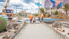 Trabalhos concretos para a construção de estradas com muitos trabalhadores e timelapse da bomba concreta filme