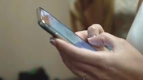Trabalhos da menina no Internet usando um smartphone, close-up filme