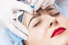 Trabalhos das sobrancelhas de Microblading imagem de stock royalty free