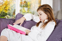 Trabalhos de casa da leitura da menina Imagens de Stock Royalty Free