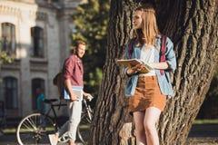 Trabalhos de casa da leitura da menina do estudante Fotos de Stock Royalty Free