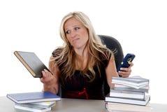 Trabalhos de casa de ignorância modelo atrativos confundidos pelo telefone celular Fotos de Stock