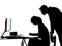 Trabalhos de casa do adolescente da menina do estudante do professor do pai do homem Fotografia de Stock Royalty Free