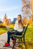Trabalhos de casa fora no parque do outono Fotos de Stock Royalty Free