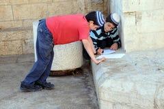 Trabalhos de casa na cidade velha do Jerusalém Imagens de Stock