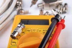Trabalhos de eletricidade pequenos em oficinas da casa Conectores para as instala??es da tev? da casa imagens de stock royalty free