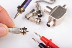 Trabalhos de eletricidade pequenos em oficinas da casa Conectores para as instala??es da tev? da casa imagens de stock