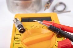 Trabalhos de eletricidade pequenos em oficinas da casa Conectores para as instala??es da tev? da casa fotos de stock