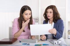 Trabalhos de equipa bem sucedidos sob a mulher de negócio - feliz sobre a renda fotos de stock