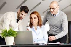 Trabalhos de equipa com computador Imagens de Stock