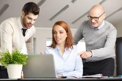 Trabalhos de equipa com computador Imagens de Stock Royalty Free