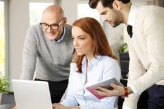Trabalhos de equipa com computador Imagem de Stock Royalty Free