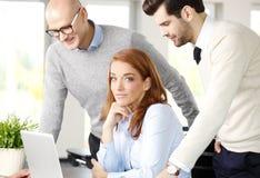 Trabalhos de equipa com computador Fotos de Stock