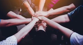 Trabalhos de equipa com nossos braços e mãos imagens de stock