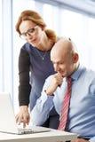 Trabalhos de equipa com o portátil no escritório Foto de Stock