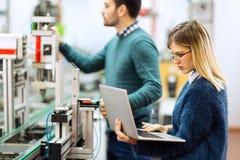 Trabalhos de equipa da classe da robótica da engenharia imagem de stock