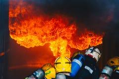 Trabalhos de equipa da formação dos sapadores-bombeiros Fotografia de Stock Royalty Free
