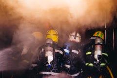 Trabalhos de equipa da formação dos sapadores-bombeiros Imagens de Stock