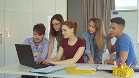 Trabalhos de equipa da mostra dos jovens no escritório