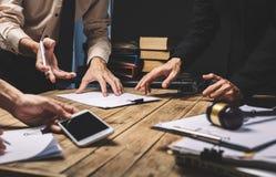 Trabalhos de equipa da reunião do advogado do negócio que trabalha duramente sobre o registro legal fotografia de stock royalty free