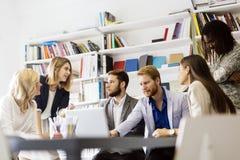 Trabalhos de equipa da reunião do escritório imagens de stock
