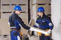 Trabalhos de equipa de dois trabalhadores da construção fotografia de stock