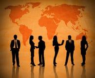 Trabalhos de equipa do negócio através do globo Fotografia de Stock