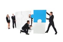 Trabalhos de equipa do negócio com enigma Imagens de Stock Royalty Free