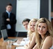 Trabalhos de equipa do negócio com o homem que dá a apresentação Fotografia de Stock