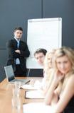 Trabalhos de equipa do negócio com o homem que dá a apresentação Foto de Stock Royalty Free