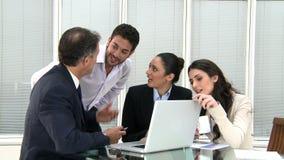 Trabalhos de equipa do negócio no escritório