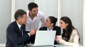 Trabalhos de equipa do negócio no escritório filme