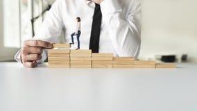 Trabalhos de equipa do negócio que escalam as etapas ao sucesso Foto de Stock Royalty Free