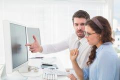 Trabalhos de equipa do negócio que falam sobre um contrato foto de stock