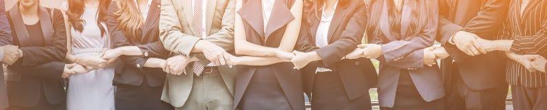 Trabalhos de equipa do negócio que guardam o suporte das mãos na linha imagens de stock royalty free