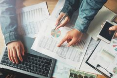 trabalhos de equipa do negócio que verificam o relatório da contabilidade no escritório com o usin foto de stock
