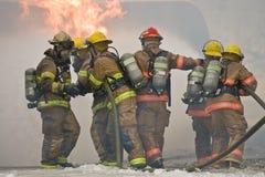 Trabalhos de equipa do sapador-bombeiro Fotografia de Stock Royalty Free