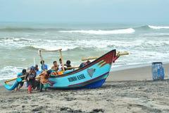 Trabalhos de equipa dos pescadores Imagens de Stock Royalty Free