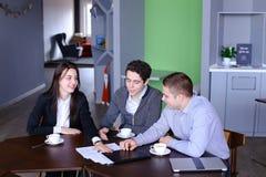 Trabalhos de equipa e apoio das meninas e dos indivíduos bem sucedidos, gerentes de c Imagem de Stock
