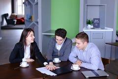 Trabalhos de equipa e apoio das meninas e dos indivíduos bem sucedidos, gerentes de c Imagens de Stock
