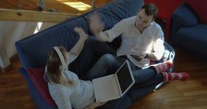 Trabalhos de equipa em casa com PC e portátil da tabuleta vídeos de arquivo