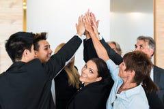 Trabalhos de equipa - executivos com mãos comum no Imagens de Stock Royalty Free
