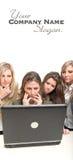 Trabalhos de equipa fêmeas concentrados Imagem de Stock Royalty Free