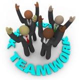Trabalhos de equipa - membros da equipa no círculo Fotos de Stock Royalty Free