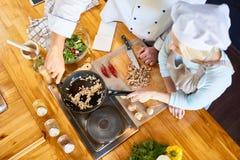 Trabalhos de equipa na cozinha moderna do restaurante foto de stock