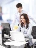 Trabalhos de equipa no escritório Fotografia de Stock