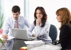Trabalhos de equipa no escritório Imagens de Stock