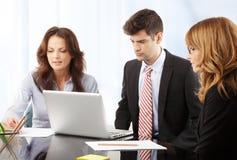 Trabalhos de equipa no escritório Imagem de Stock