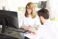 Trabalhos de equipa no escritório Imagem de Stock Royalty Free